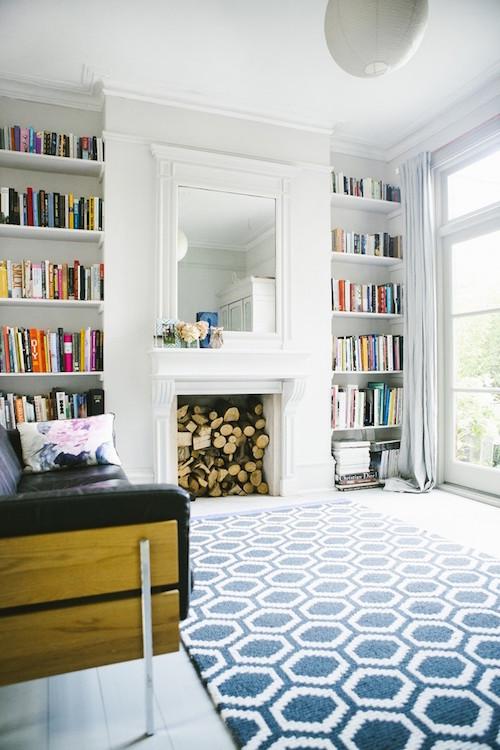 Witte kamer met groot opvallend vloerkleed