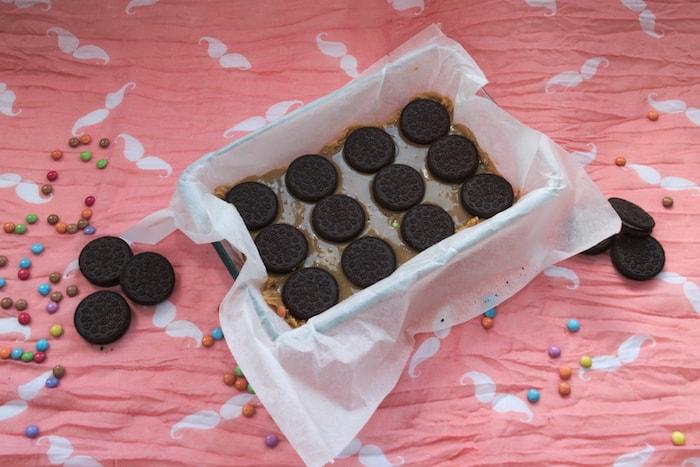 Onderste lagen koekjes, karamel en Oreo's