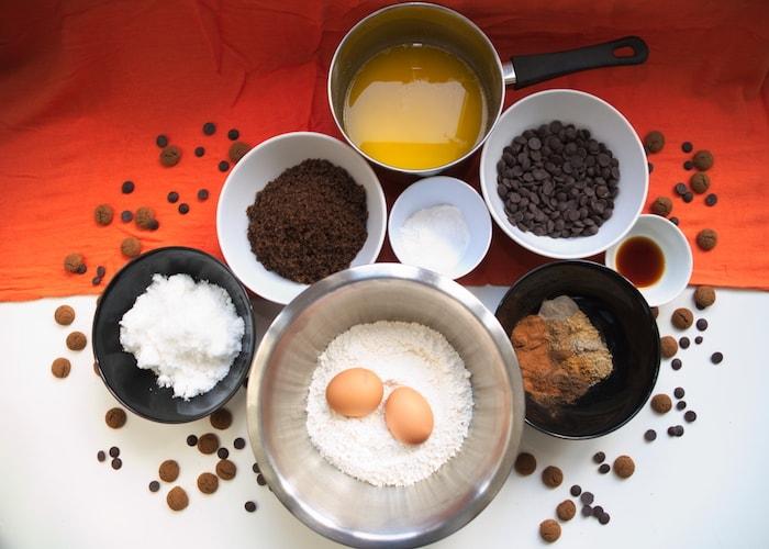 Ingredienten kruidnootjes koekjes op tafel