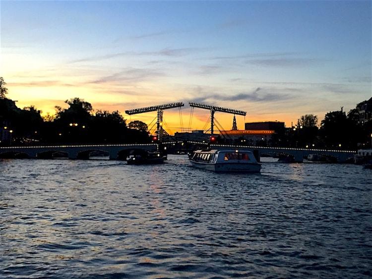 Zomerdagen Amstel varen zonsondergang Magere Brug