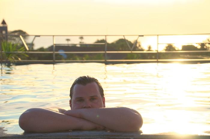 Jan in het zwembad op Bali