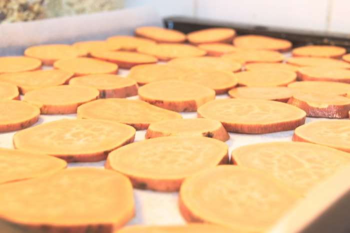 Zoete aardappel-toastjes - schijfjes op de plaat